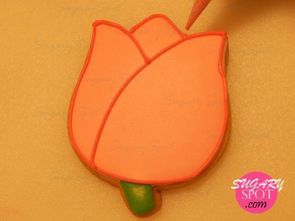 Una vez seco el merengue rosa, delinea la silueta del Tulipán con el cartucho de merengue color rosa mexicano.