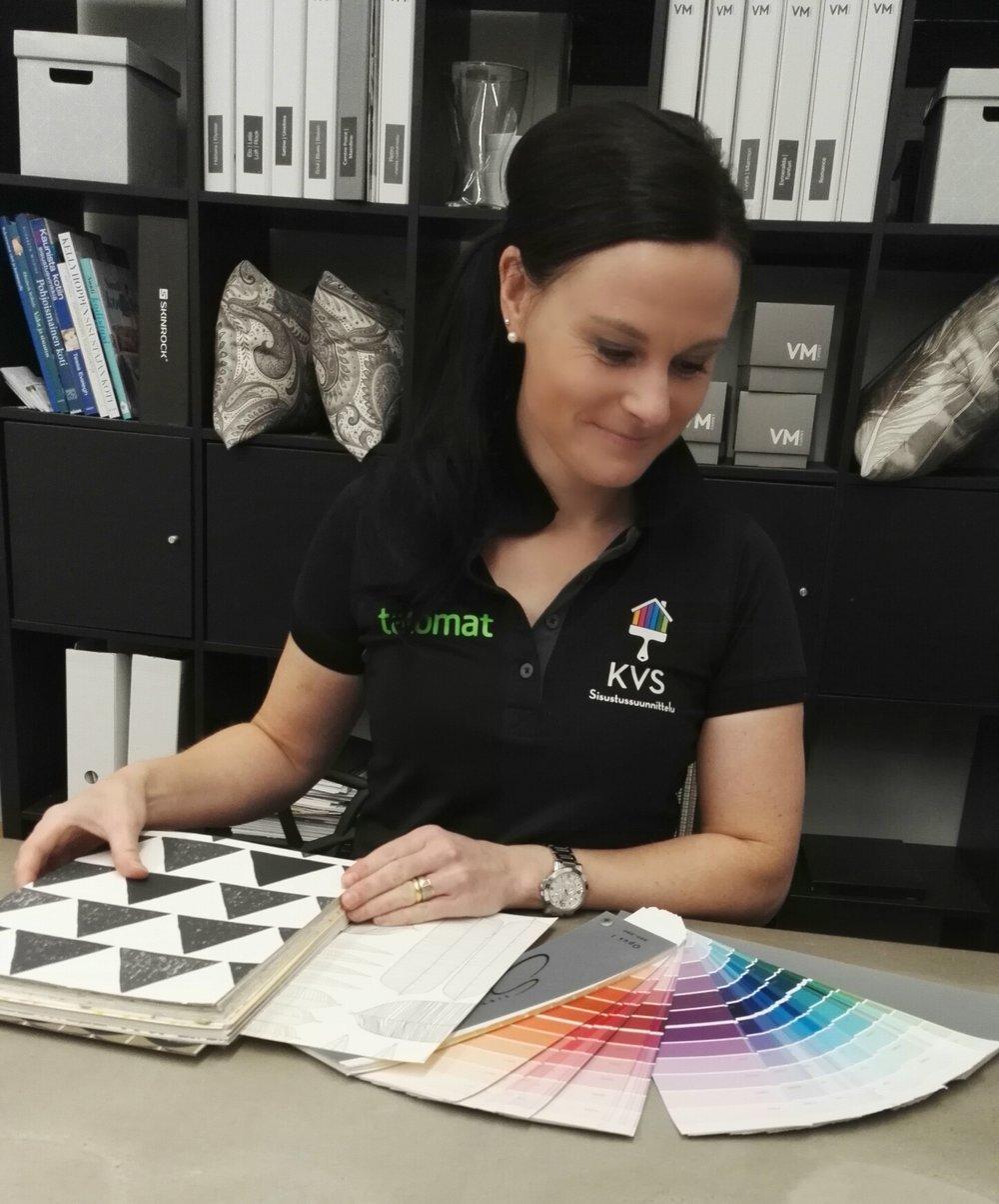 Sisustussuunnittelija Milla Santamäen arkeen kuuluu erilaisten värimaailmojen luomista asikkaiden koteihin.