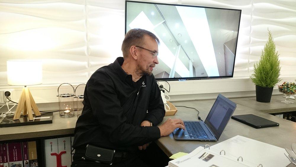 Vesa Talvitie edustamassa KVS Joupin Sisusta avajaisissa.