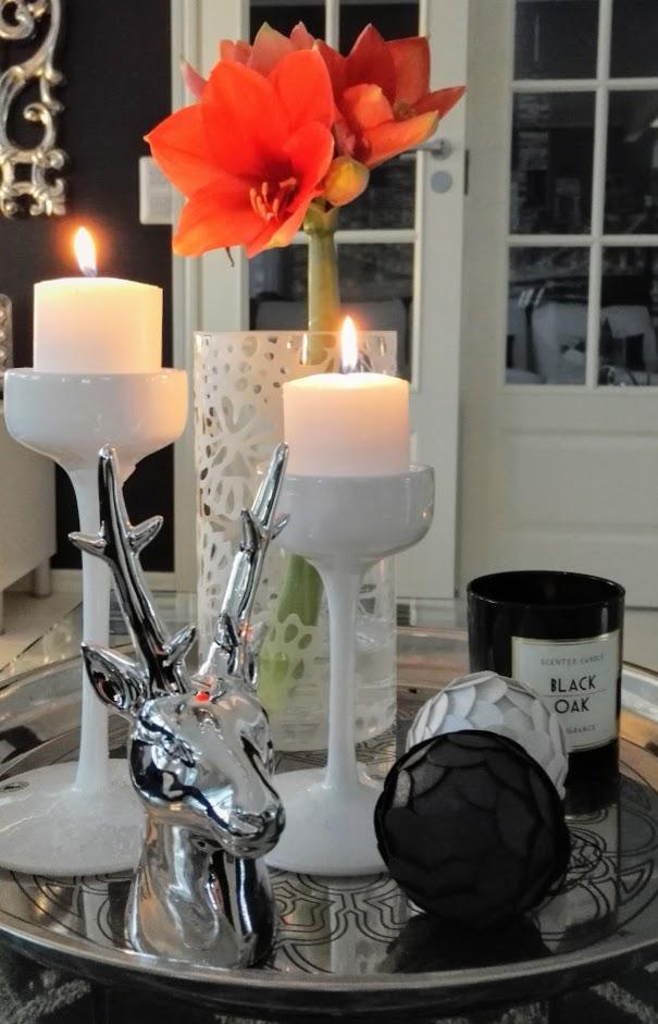 Joulukoristeista voi tehdä kauniita, harmonisia asetelmia kera kynttilöiden ja kukkien.