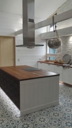 Tässä keittiössä on hyödynnetty epäsuoran valaistuksen mahdollistamia ominaisuuksia.