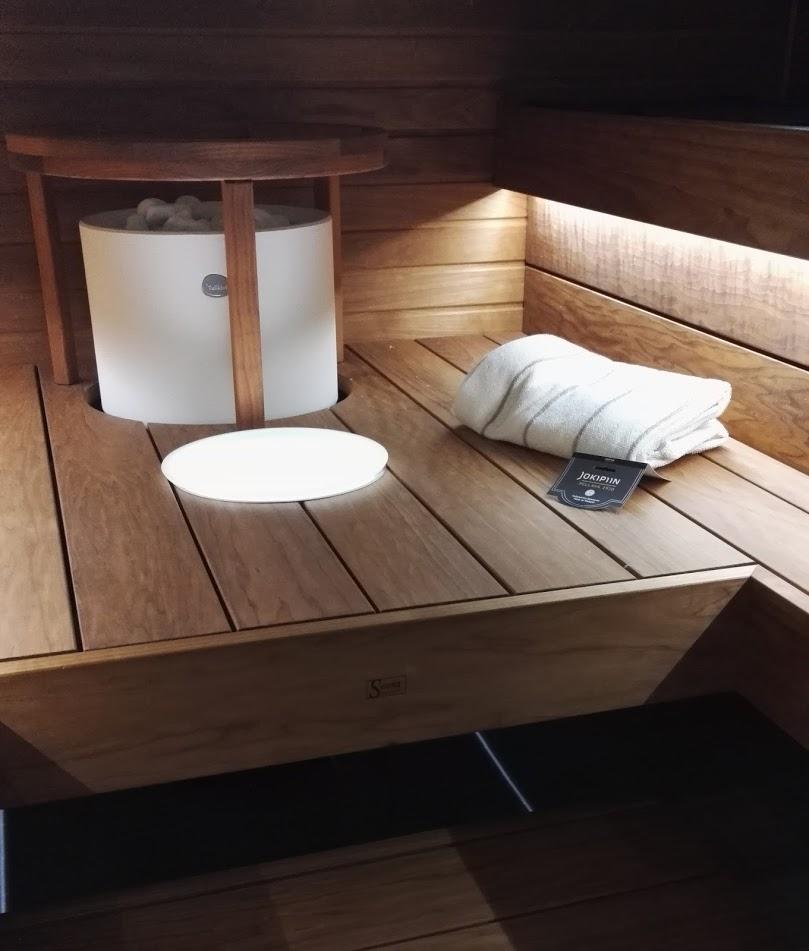 Saunan lauteiden alle sijoitettu LED-nauha luo tunnelmallista valoa saunaan.