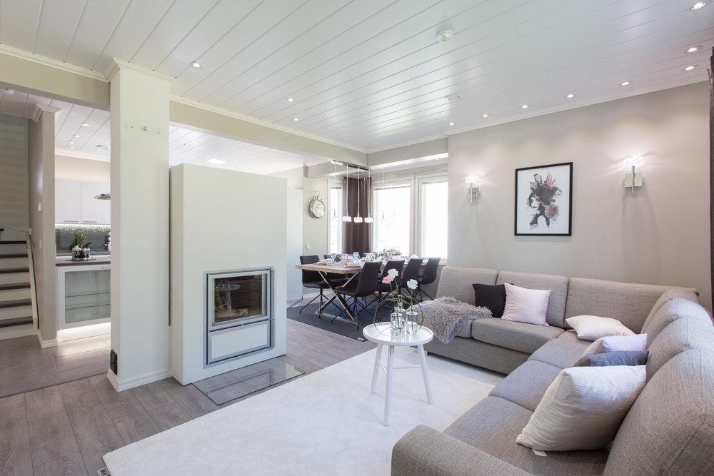Olohuoneen rauhallinen, kodin sisustustyyliä tukeva valaistus. Tunnelmaa luovat kauniit seinävalaisimet.