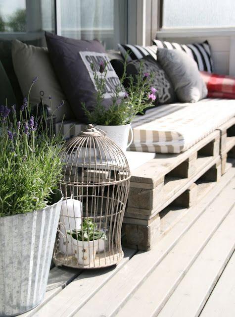 Jo muutaman vuoden eurolavat ovat olleet suosittuja DIY materiaalia terassin sohviin. Kuva: Pinterest