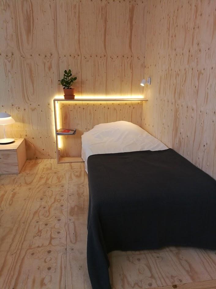 Epäsuora valaistus sängynpäädyssä, kiva idea!