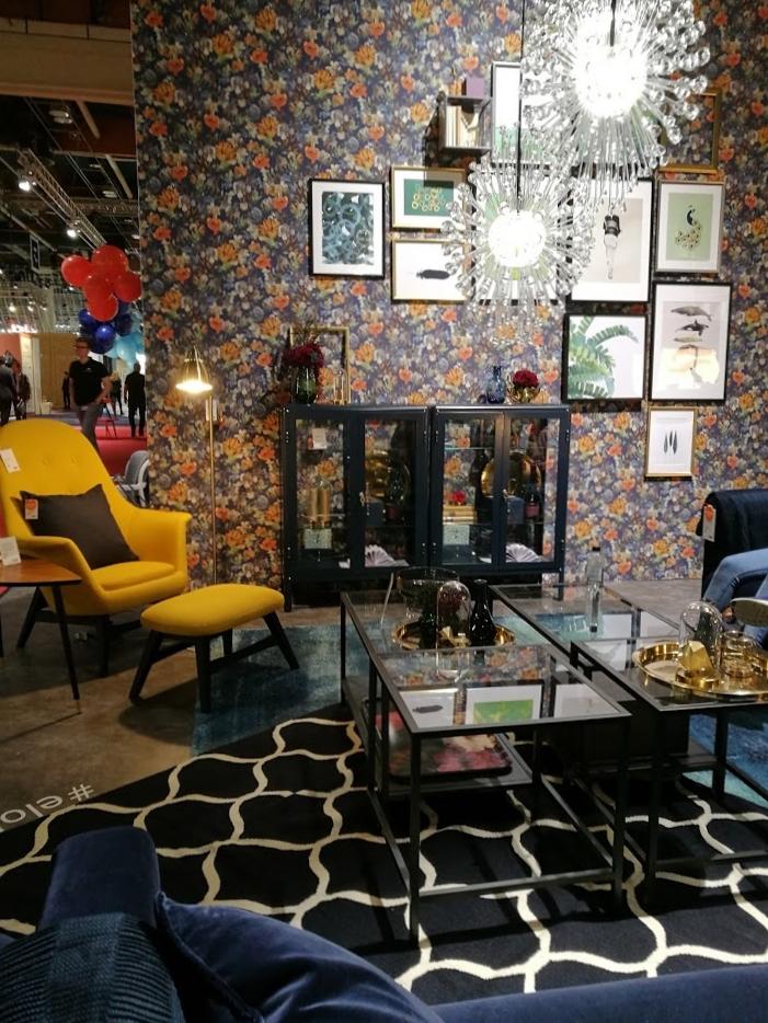 Tässä ehkä se räiskyvin messukokemus Ikean osastolta. Sininen sohva aiheuttaa ehkä monille vieläkin puistatuksia, mutta täytyy sanoa, että tämä samettisohva näytti tässä kokonaisuudessa tyylikkäältä.