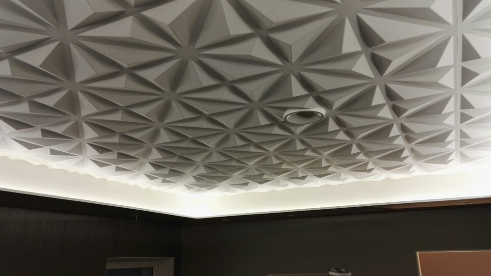 Tässä kohteessa upeaa kattoa makuuhuoneessa on korostettu LED-nauhalla.