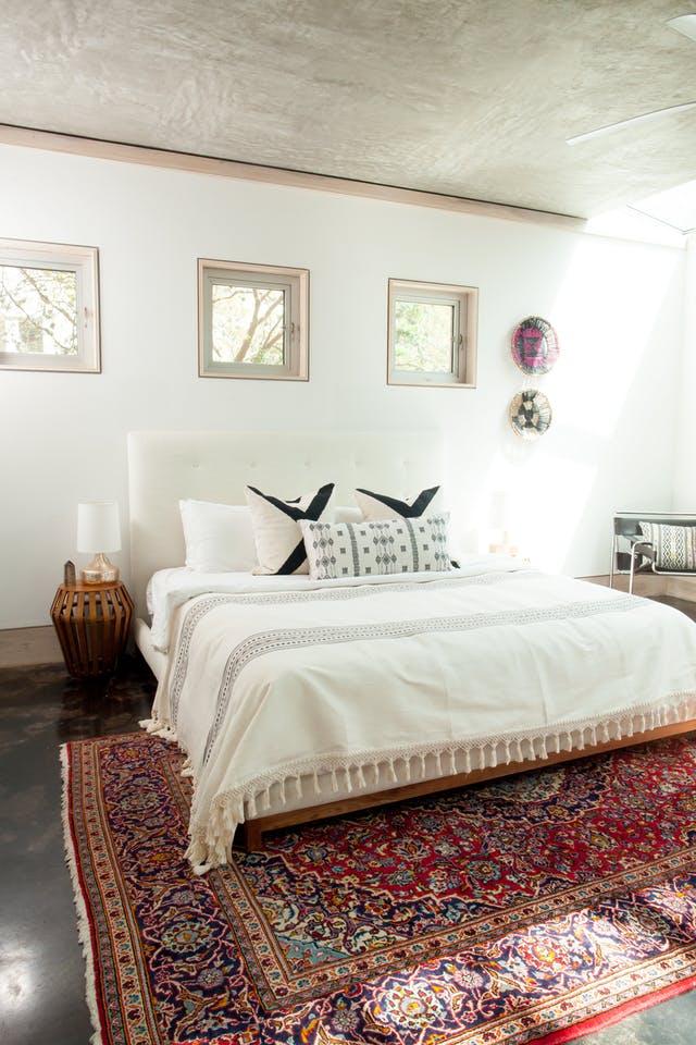 Maton kokoon kannattaa kiinnittää huomiota myös makuuhuoneessa. Yksi iso matto on monesti paljon parempi kuin pienet sängynvierusmatot. Kuva: Pinterest