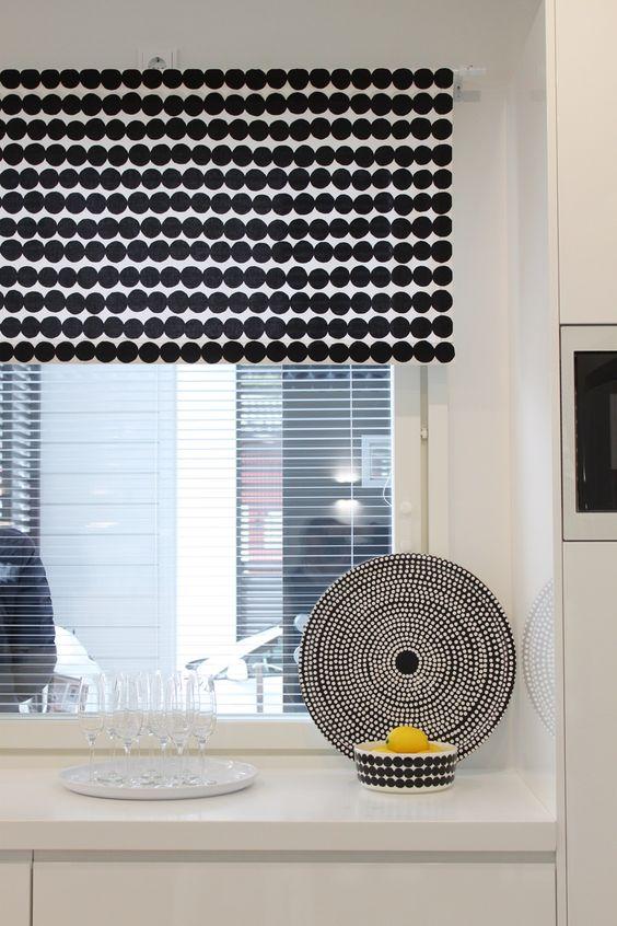 Tämä Marimekon Räsymatto kuosi toimii hienosti suorana kappana keittiön ikkunassa. Kuva: Pinterest