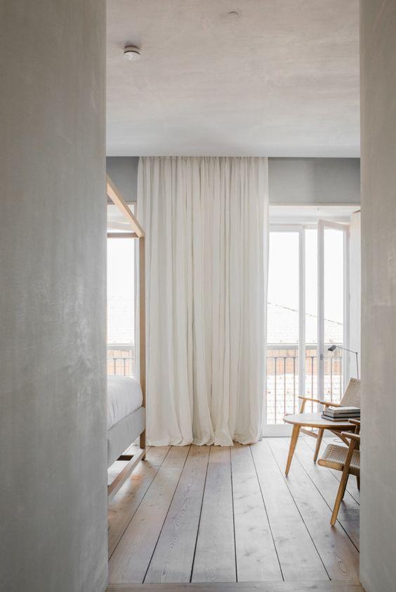 Ylipitkät ja kattoon asennetut verhot antavat tilalle korkeutta ja eleganttia ilmettä. Kuva: Pinterest