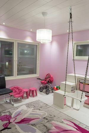 Lastenhuoneen valaistuksessa on tärkeää ettei valo häikäise leikkivää lasta.