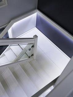 Rappusten käsijohteisiin asennettu LED-nauha tekee kulusta myös öiseen aikaan turvallinen.
