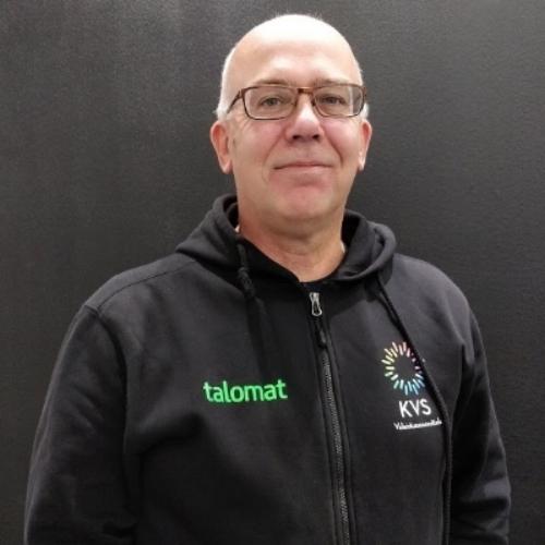 RISTO LILLI    Sähkötöiden johtaja, asennukset, urakointi ja suunnittelu   Riku on yrityksemme sähköjen huippuosaaja eikä kaihda isojakaan työmaita. Rikulla pysyy myös pesäpallomaila sekä -räpylä kädessä.  risto.lilli@kvsoy.fi  050-558 5354