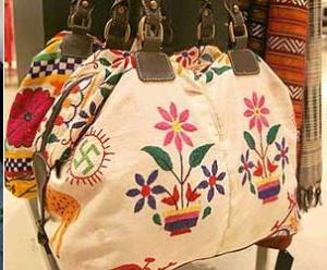 Este es el bolso con la esvástica bordada que causó un gran revuelo en el 2007