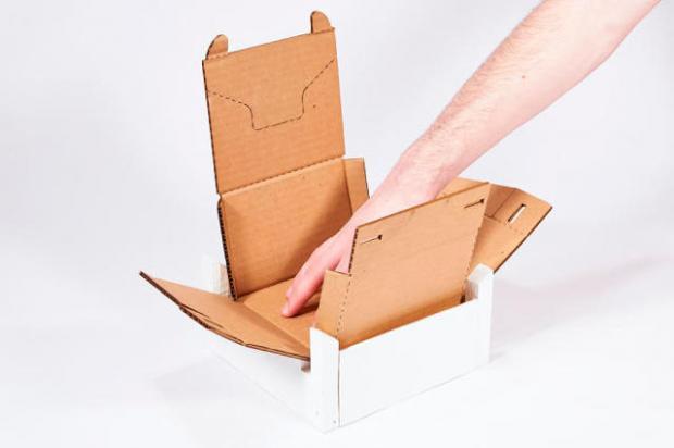 Categoría de Estudiantes   Rapid Packing Container, Chris Curro y Henry Wang  Esta caja de cartón genera menos cantidad de basura porque usa un 15% menos de material que las cajas tradicionales.