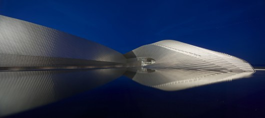 52881a6fe8e44e6033000092_winners-announced-for-the-2013-arcaid-images-architectural-photography-awards_adammork-exterior-530x237.jpg