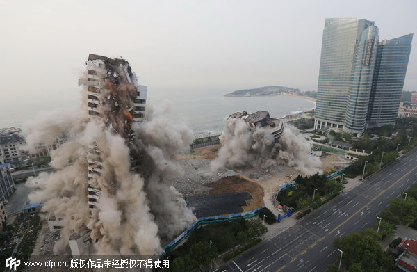 A hotel in Qingdao, Shandong province, is destroyed in 2013. Due to poor design and improper construction, the building was demolished after only 20 years' use.