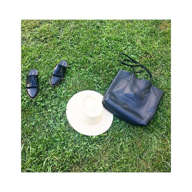 Today's look..... Parked in #Harlem ... The CLEW Totebag in black pebbled leather  among friends @esenshel hats and @kelsidaggerbrooklyn slides...🍃🌿...link in bio