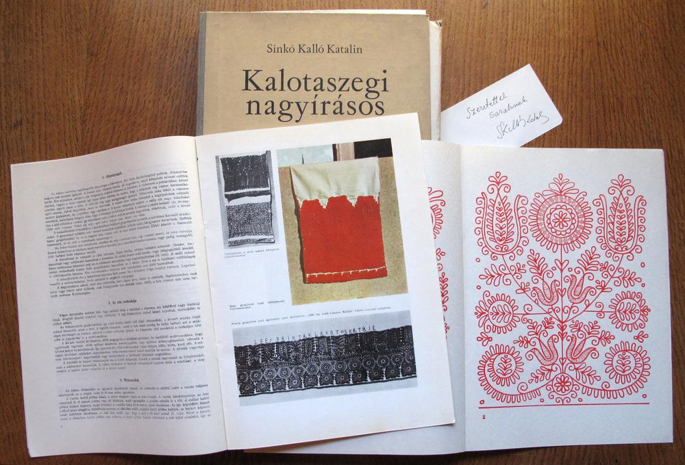 Kalotaszegi nagyírásos by Sinkó Kalló Katalin, with a dedication and signature.