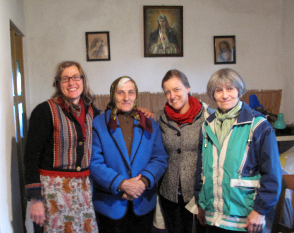 Sara Meaker of Tarnat: Kalotaszeg Durabile, embroiderer Papp Piroska, myself, and Bodis Ilonka in Kispetri, October, 2015.