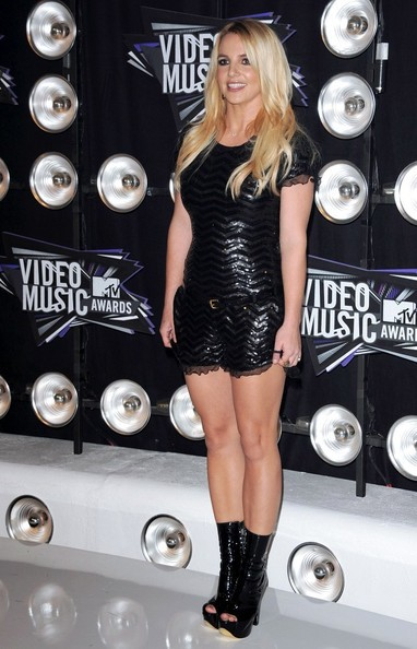 2011 : In a black sequin Moschino romper and mid-calf peep-toe Gina boots.