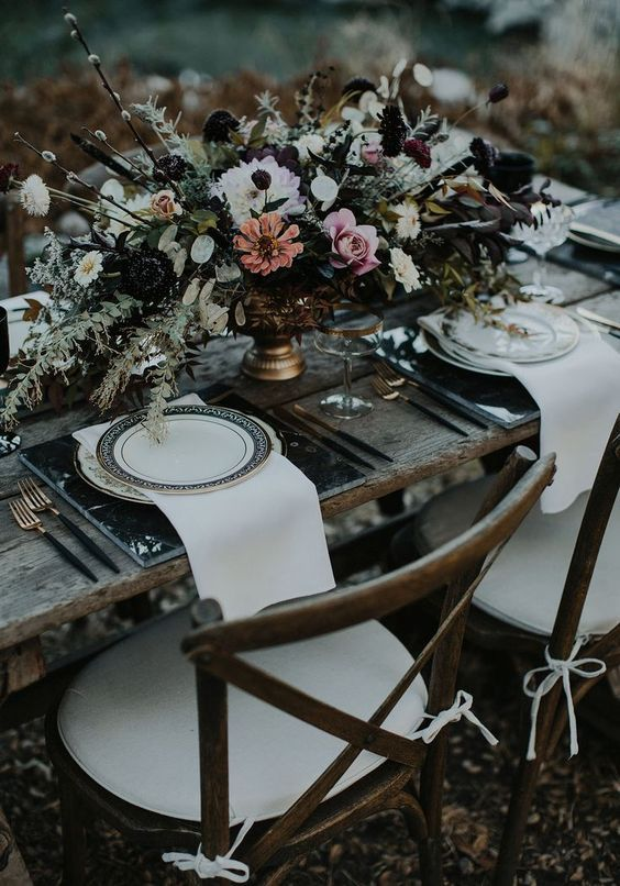 https://www.weddingomania.com/moody-dark-summer-wedding-ideas/pictures/74171/
