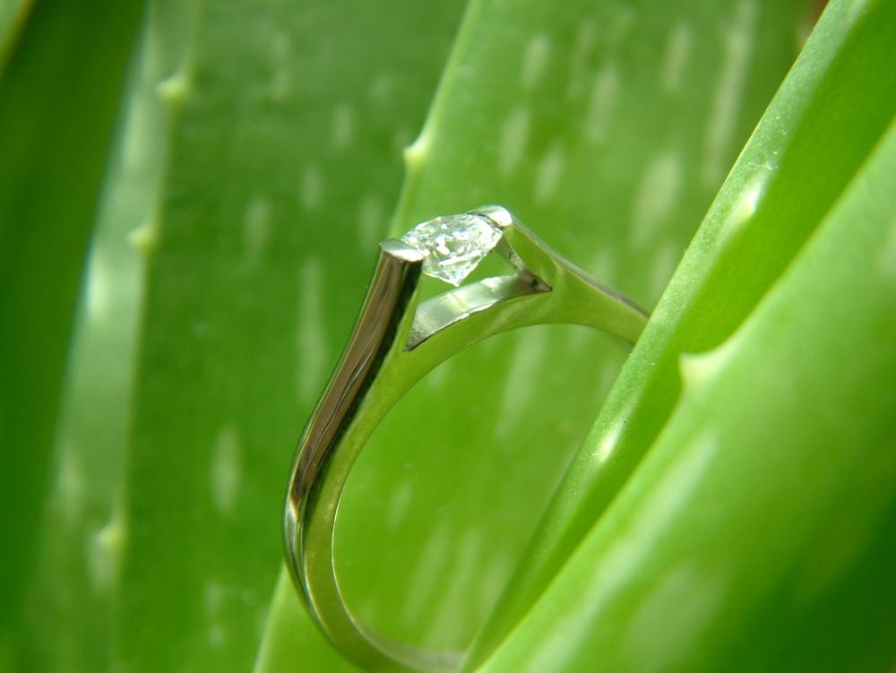 Invisibly set diamond