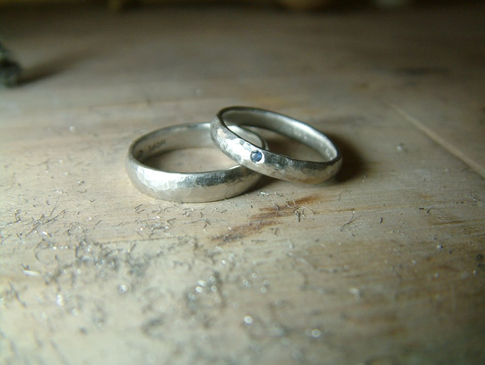 Simple and rustic wedding ring set