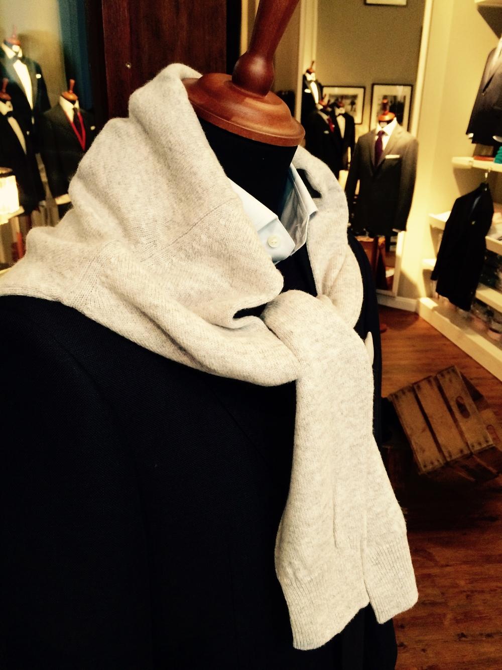 Lambswool Rundhals-Pullover aus Schottland. Neben blau jetzt auch in grau. 95 €