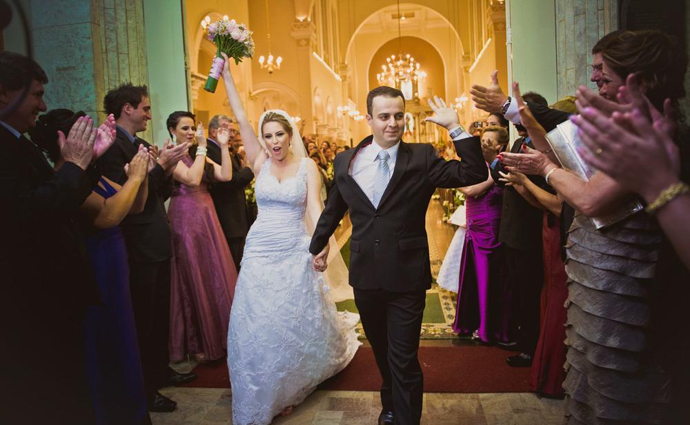 Noivos comemorando o casamento Igreja do Rosário