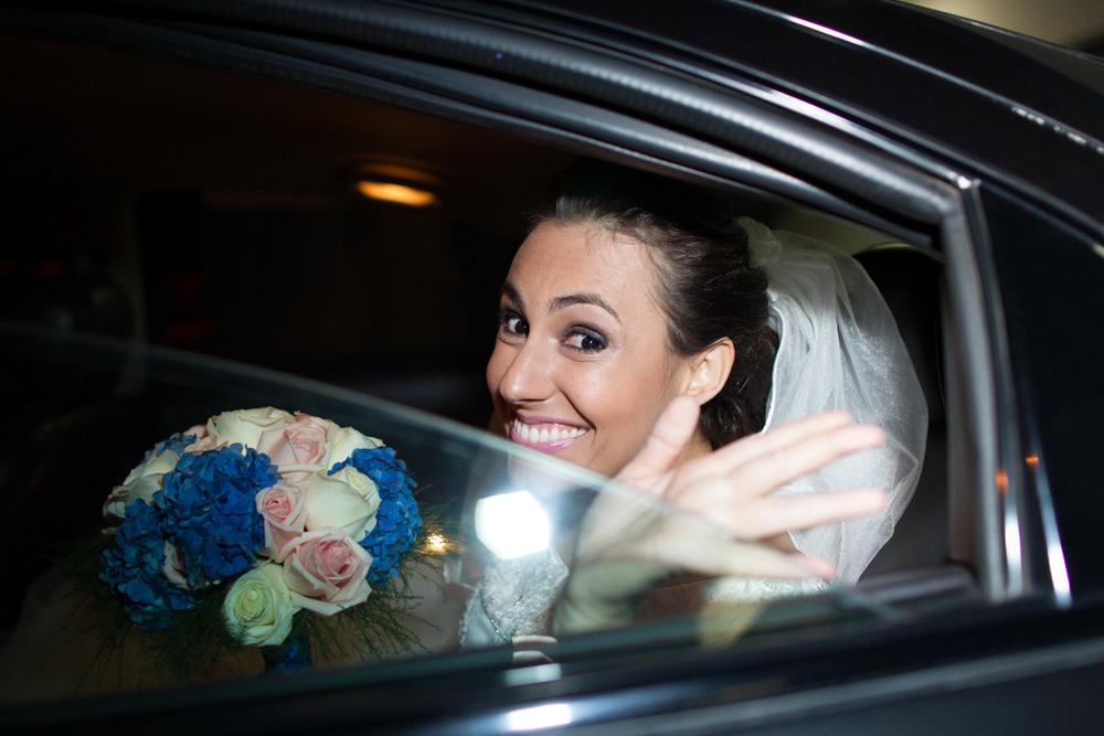 Noiva esperando no carro