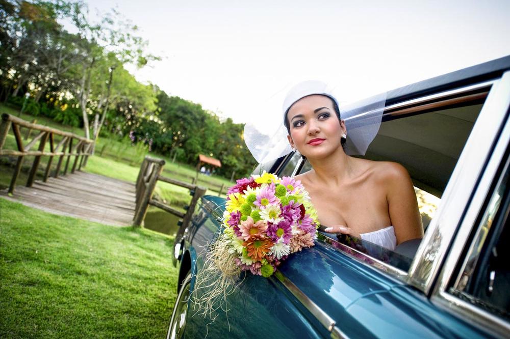 Noiva com buquê na limousine