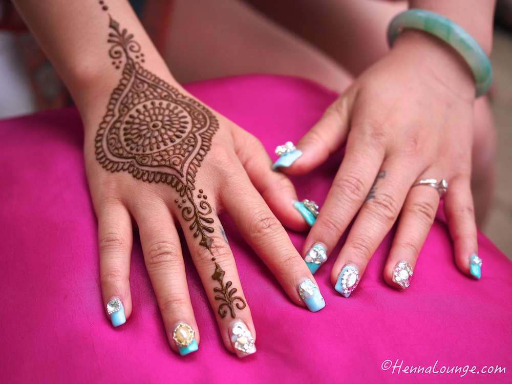 I fell in love with this girl's nails. Looked like blingy-bindis for the nails!