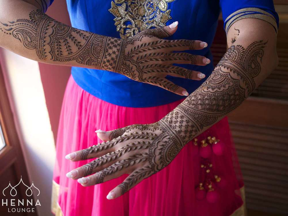 Old-school mehndi style with vines on the fingers