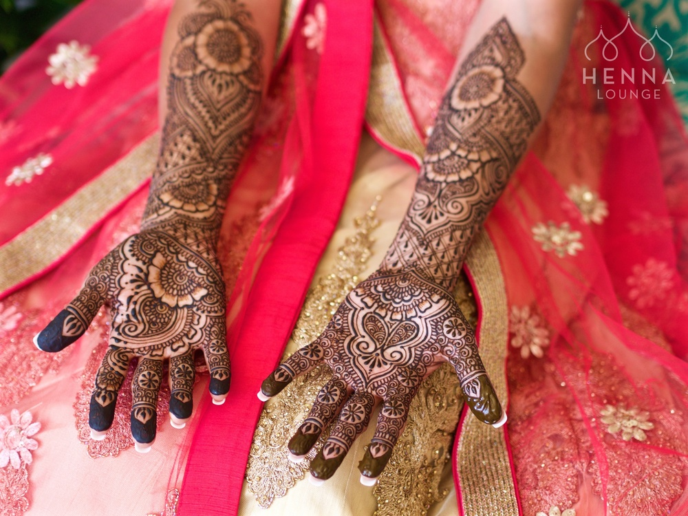Traditional and floral henna tattoo by www.hennalounge.com