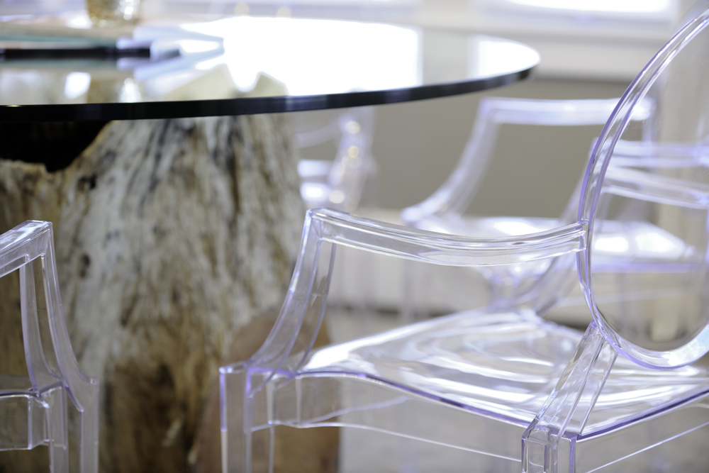 Aren't those Ghost Chairs gorgeous?! Love this closeup of the chairs with the glass top table and that awesome faux tree stump base.
