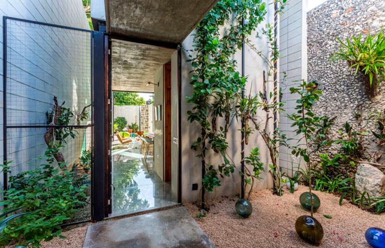 IMAGE:DI Interior Design Blog    Mexican Retreat designed by Taller Estilo Arquitectura  A courtyard filled with greenery absorbs natural sunlight also contributing to the passive cooling system.
