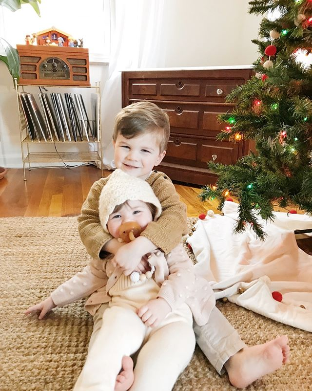 This is definitely our most exciting and wild Christmas yet! Everett and Hazel are best friends, this is totally their preferred position 😂, and I love watching them experience life together. I hope you guys are all have the best time ever with your friends and fam! 🎄 ⠀⠀⠀⠀⠀⠀⠀⠀⠀ #littleeverettlevi #littlehazeljune #smithcapecod