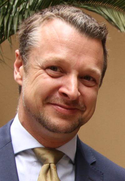 James Fox - Presentador