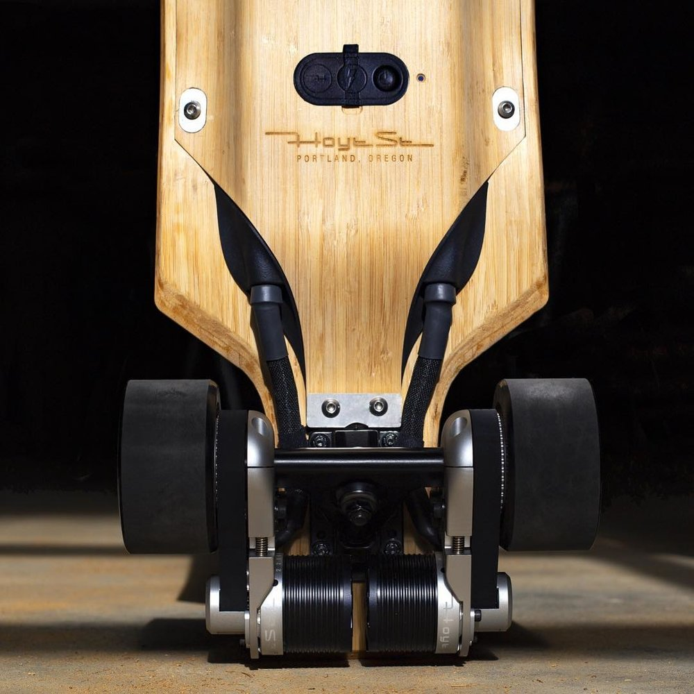 Electric skateboard with 3D printed plastic parts manufactured by the HP Multi Jet Fusion.