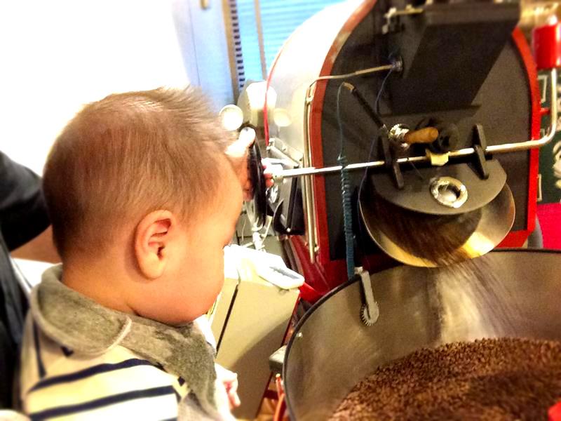 我息子の太一、毎日お店に出勤しておりますが、コーヒーのことから、接客までを0歳教育で実行中。 どこまで覚えているのかは定かではありませんが。。(笑)
