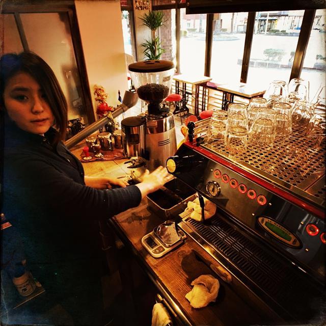 卸先のお店のスタッフも以前にもましてミルトンのお店にすすんで練習しに来てくれます。 年齢関係なく、みんな熱心に技術を学んでくれるので、こちらも出し惜しみすることなく、全て提供します。 結局は卸先のカフェやレストランのお客様の満足に繋がることなので、ミルトンのコーヒーを美味しく飲んで頂く上でも重要なトレーニングです。 もちろん、トレーニング中も先入観や固定概念は忘れ去ってもらいます(笑)