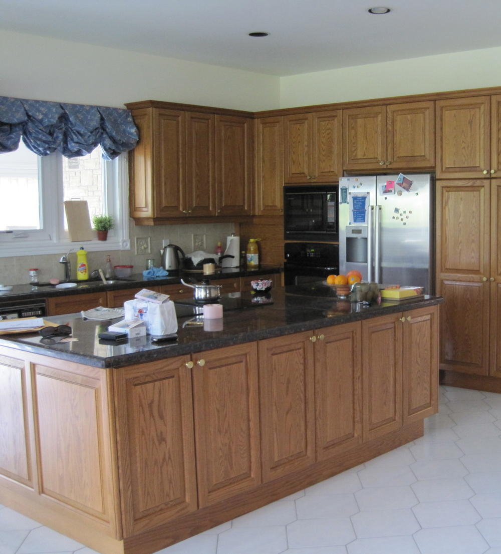 BEFORE - The client's kitchen was cold and outdate.