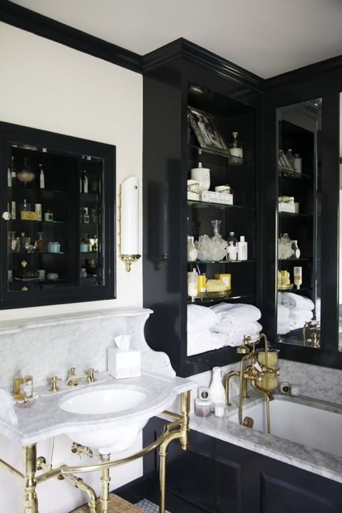 Black accents really create a wonderful, graphic bathroom ( Paloma ).