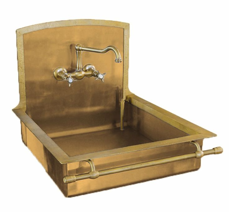 We love how striking this touch of brass is in this kitchen sink adding character and drama ( Restart.it )