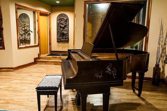 studio_gal_piano.jpg