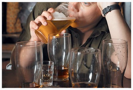 photolibrary_rm_photo_of_man_drinking_beer_at_bar.jpg