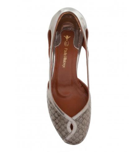 sandália com detalhe em tilápia cinza verniz | Paula Villalonge