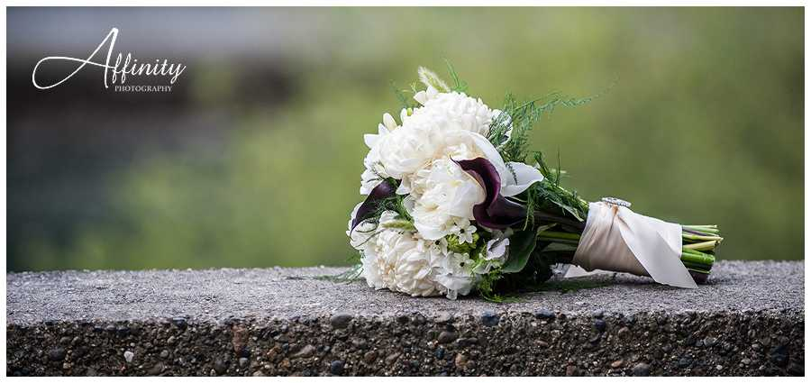 08-bridal-bouquet-on-wall.jpg