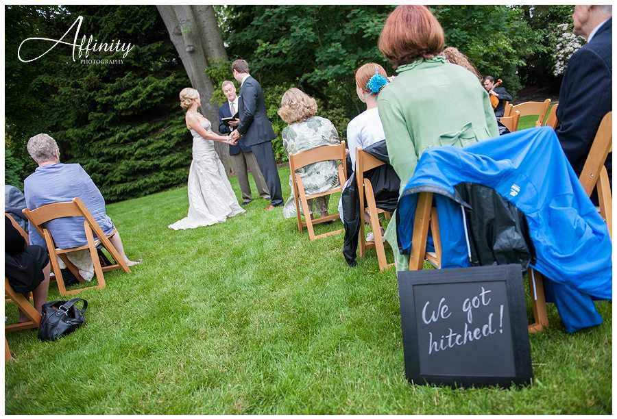 10-we-got-hitched-sign-at-ceremony.jpg
